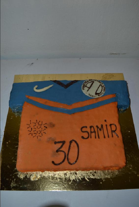 ce maillot de foot est recouvert de pate d'amande ,à l'intérieur un gâteau à base de génoise et de ganache au chocolat