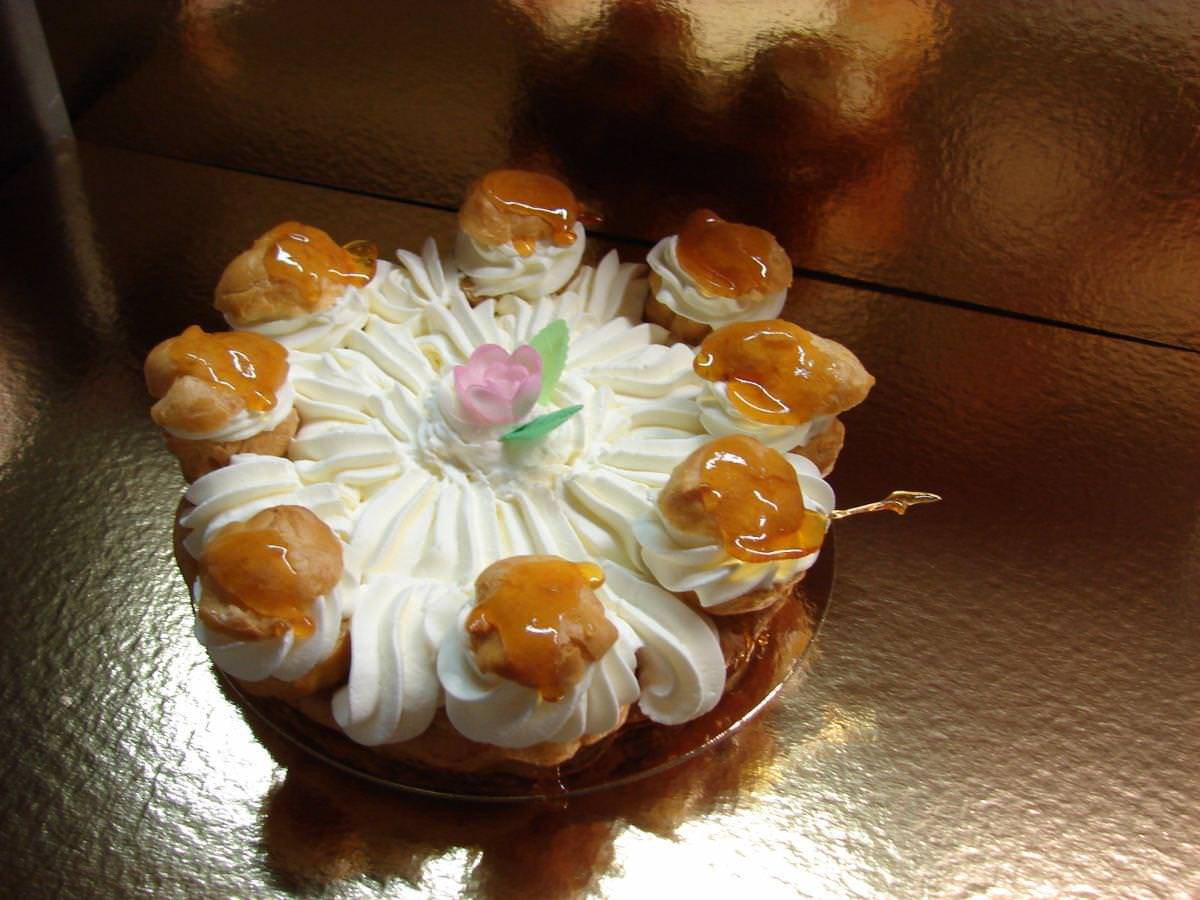 disque de pâte feuilleté, recouvert de crème légère ou de crème de marron et son décor chantilly